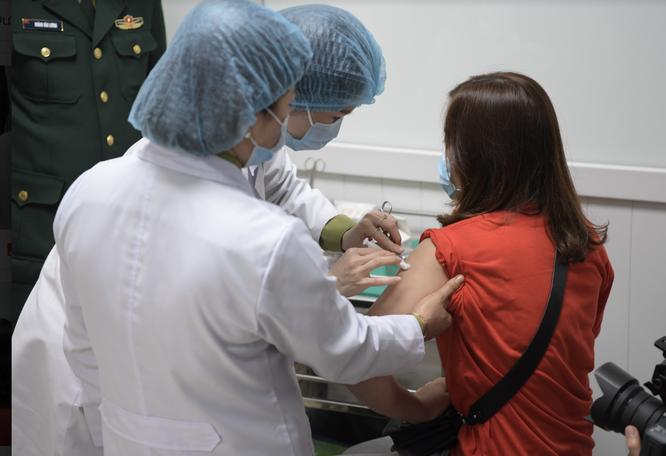 Ảnh: 35 người đầu tiên ở Hà Nội tiêm vaccine phòng COVID-19 giai đoạn II ảnh 11