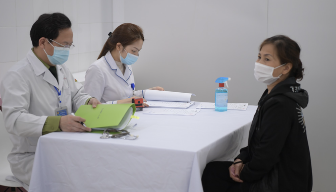 Ảnh: 35 người đầu tiên ở Hà Nội tiêm vaccine phòng COVID-19 giai đoạn II ảnh 6