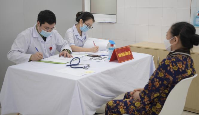Ảnh: 35 người đầu tiên ở Hà Nội tiêm vaccine phòng COVID-19 giai đoạn II ảnh 5