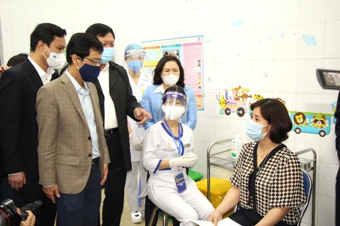 Hà Nội: Nữ điều dưỡng đầu tiên tiêm vaccine phòng COVID-19 bị sốt nhẹ ảnh 3