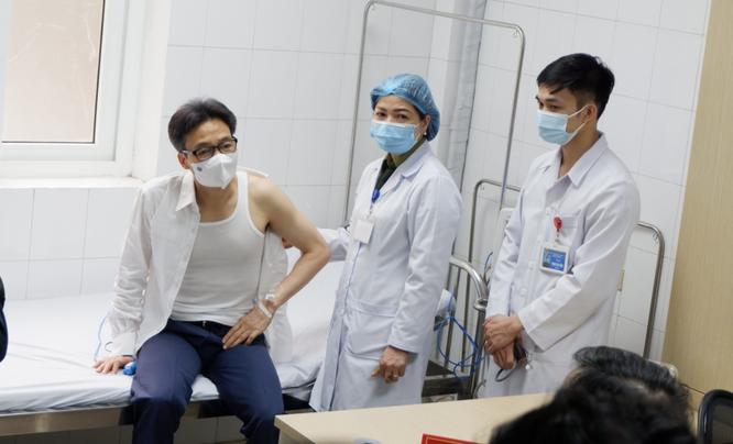 Phó Thủ tướng Vũ Đức Đam tiêm thử nghiệm vaccine phòng COVID-19 đầu tiên của Việt Nam ảnh 1