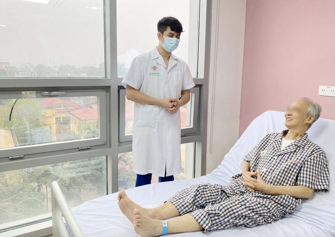 Lần đầu tiên thay van động mạch chủ qua da để cứu sống bệnh nhân khó thở, tăng huyết áp lâu năm ảnh 1