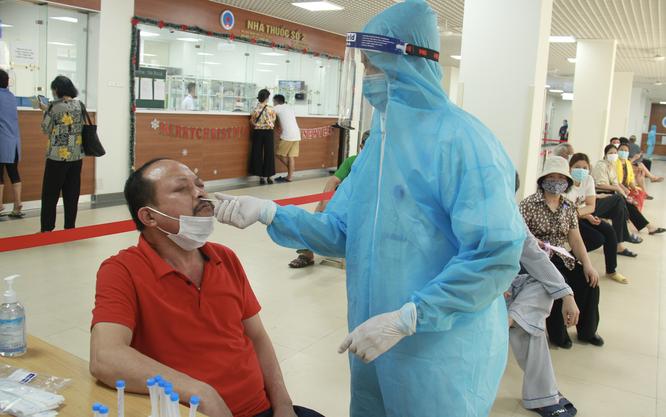 Bị phong toả, các bệnh viện làm gì để bảo vệ bệnh nhân mắc bệnh nền đang cận kề cái chết? ảnh 4