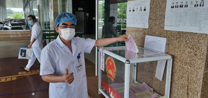 Hơn 700 bác sĩ, bệnh nhân ở bệnh viện tuyến đầu chống COVID-19 bầu cử để lan toả niềm tin ảnh 3