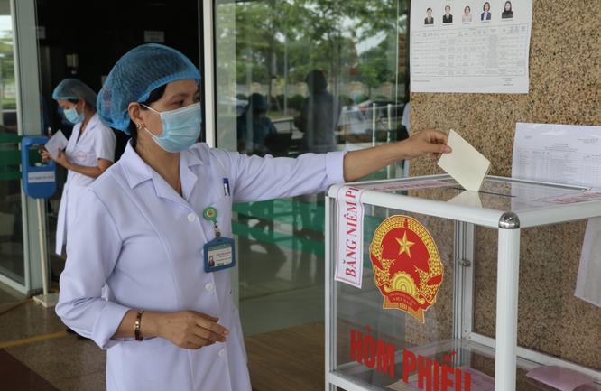 Hơn 700 bác sĩ, bệnh nhân ở bệnh viện tuyến đầu chống COVID-19 bầu cử để lan toả niềm tin ảnh 7