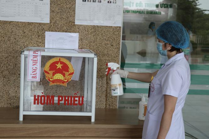 Hơn 700 bác sĩ, bệnh nhân ở bệnh viện tuyến đầu chống COVID-19 bầu cử để lan toả niềm tin ảnh 5
