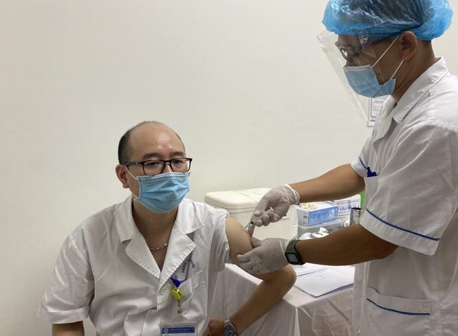 """Bệnh viện Hữu Nghị bảo vệ nhân viên y tế bằng vaccine trong cuộc chiến chống """"giặc"""" COVID-19 ảnh 2"""