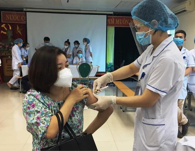 TP. HCM phải tiêm vaccine phòng COVID-19 cho tất cả những người trên 18 tuổi, đẩy nhanh tiến độ tiêm ảnh 2