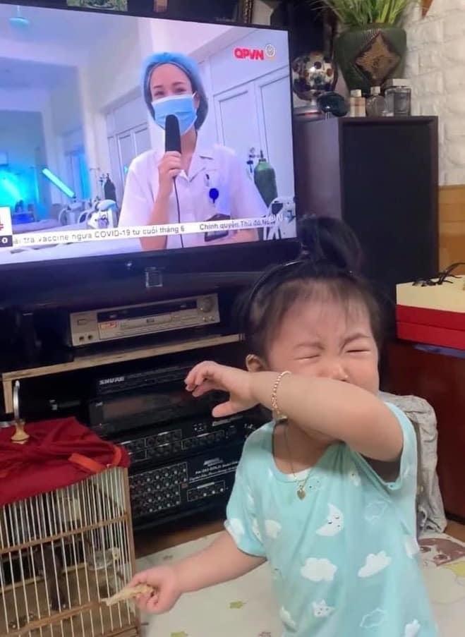 Con khóc ngặt đòi sữa khi nhìn thấy mẹ chống COVID-19 ở Bắc Giang lên tivi ảnh 3