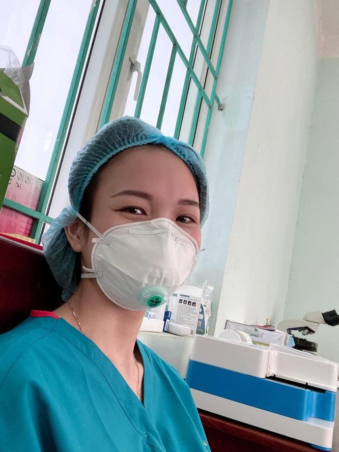 Con khóc ngặt đòi sữa khi nhìn thấy mẹ chống COVID-19 ở Bắc Giang lên tivi ảnh 2