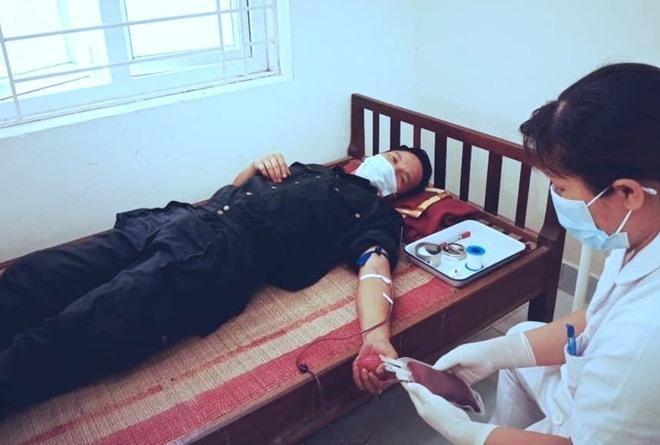 Cảm động 2 chiến sĩ công an hiến máu cứu 2 em bé trong tâm dịch COVID-19 ở Bắc Giang ảnh 1