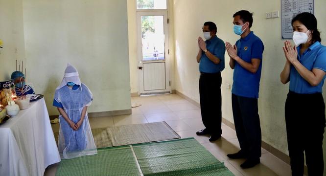 Trực tiếp điều trị cho bệnh nhân COVID-19, nữ điều dưỡng không thể về nhà gặp mẹ lần cuối ảnh 1