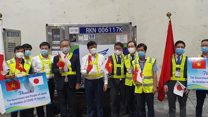 Gần 1 triệu liều vaccine phòng COVID-19 của Chính phủ Nhật Bản tặng về đến Việt Nam ảnh 1