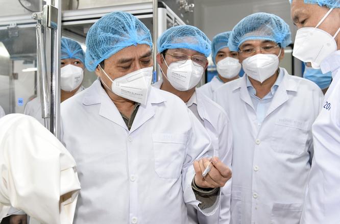 """Thủ tướng Chính phủ: Vaccine COVID-19 khan hiếm đến tháng 9, VN phải """"chạy đua"""" sản xuất bằng được ảnh 1"""