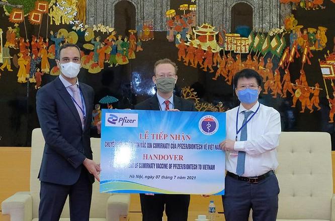 Hơn 97.000 liều vaccine phòng COVID-19 đầu tiên của Pfizer/BioNtech về đến Việt Nam ảnh 1