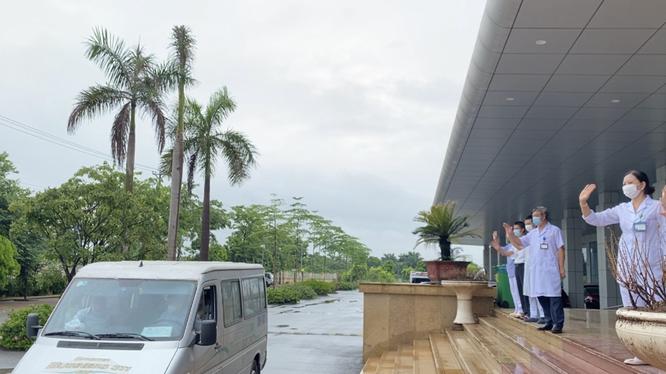 """30 bác sĩ, điều dưỡng của BV Bệnh Nhiệt đới Trung ương lên đường """"chia lửa"""" với TP. Hồ Chí Minh ảnh 1"""
