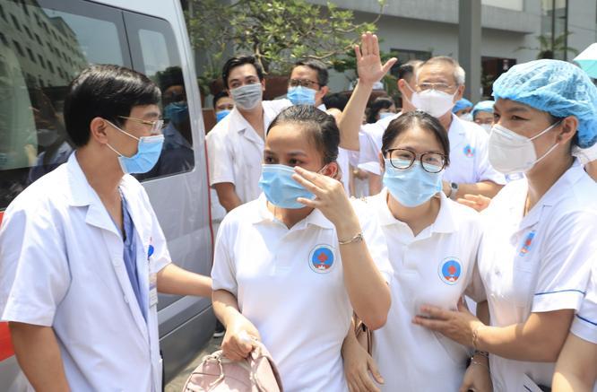 Lực lượng hồi sức tích cực tinh nhuệ nhất ở BV Hữu Nghị lên đường chi viện cho Tiền Giang chống dịch ảnh 3