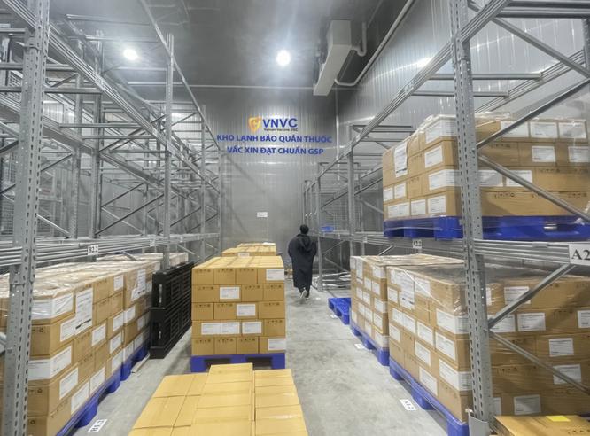 Gần 600.000 liều vaccine phòng COVID-19 của AstraZeneca về đến Việt Nam ảnh 1