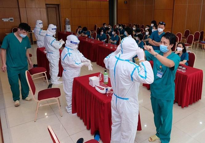 24 bác sĩ, điều dưỡng của BV Tai Mũi Họng Trung ương chi viện cho TP. HCM chống dịch COVID-19 ảnh 1