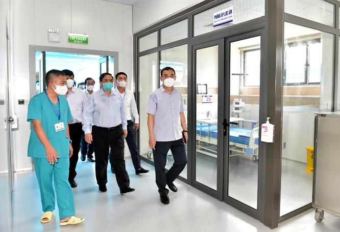 Thủ tướng Chính phủ Phạm Minh Chính kiểm tra BV dã chiến điều trị COVID-19 thuộc BV Đại học Y Hà Nội ảnh 7