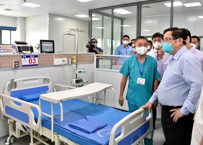 Thủ tướng Chính phủ Phạm Minh Chính kiểm tra BV dã chiến điều trị COVID-19 thuộc BV Đại học Y Hà Nội ảnh 1