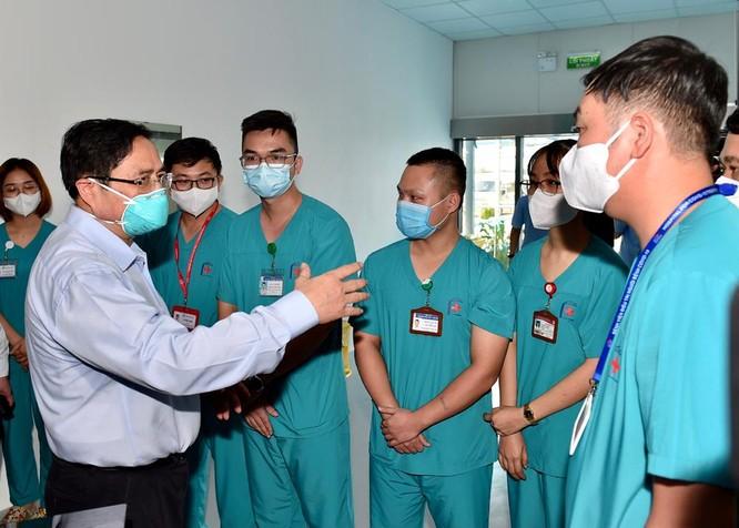 Thủ tướng Chính phủ Phạm Minh Chính kiểm tra BV dã chiến điều trị COVID-19 thuộc BV Đại học Y Hà Nội ảnh 5