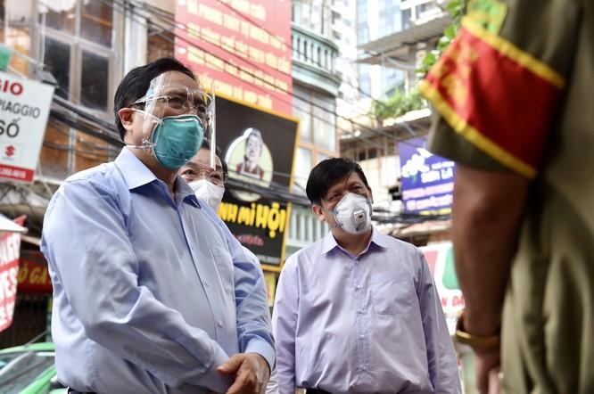 """Thủ tướng Chính phủ kiểm tra đột xuất ổ dịch COVID-19 """"nóng"""" nhất Hà Nội ở quận Thanh Xuân ảnh 2"""