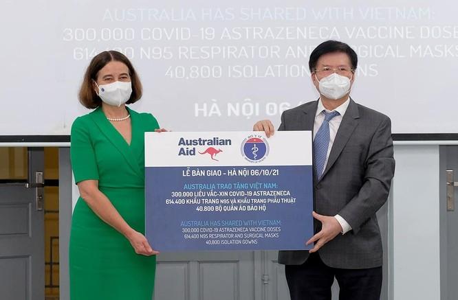 Bộ Y tế tiếp nhận thêm 300.000 liều vaccine COVID-19 AstraZeneca ảnh 1