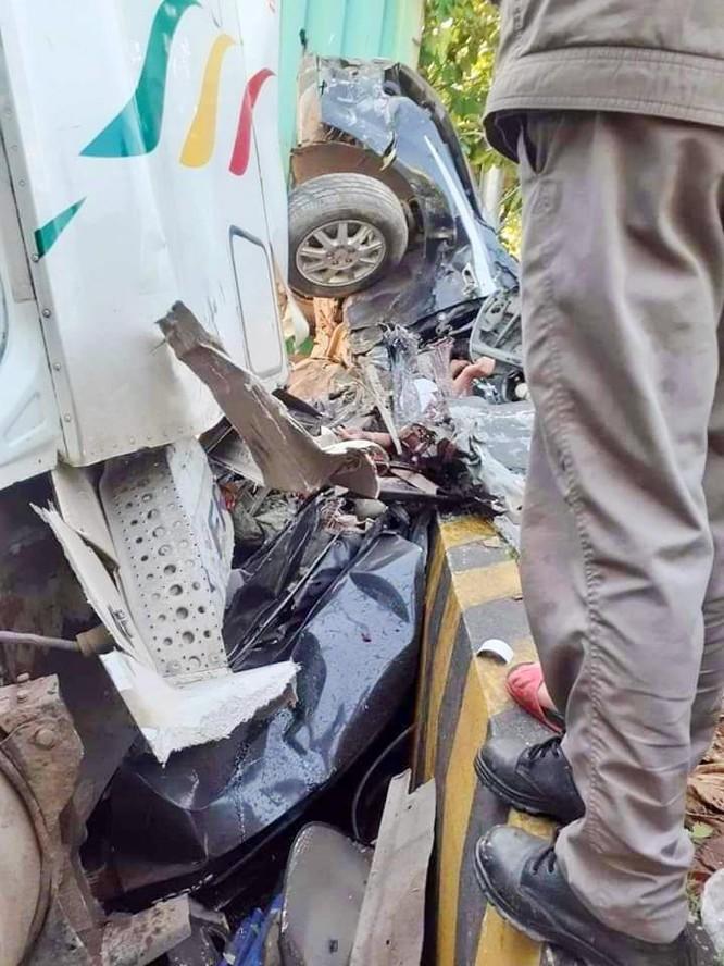 Đi khám bệnh, gia đình 4 người tử vong vì xe container nổ lốp tông vào ảnh 1
