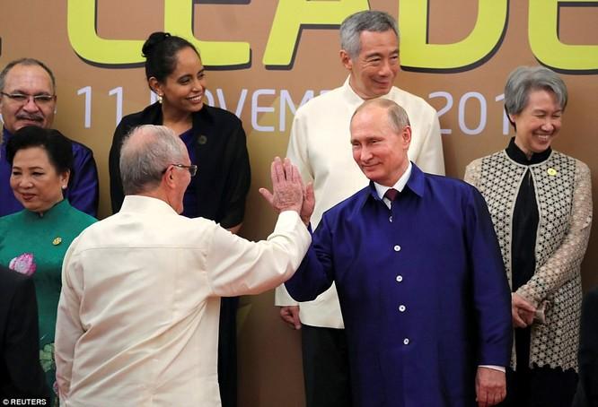 Hai ông Putin và Trump bắt tay thân thiện bên lề APEC ảnh 8