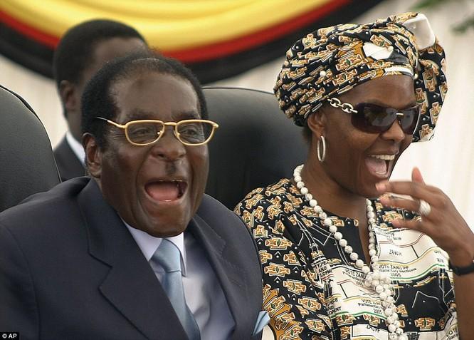 Tổng thống Zimbabwe Mugabe: Nước nghèo, gia đình sống vương giả ảnh 3