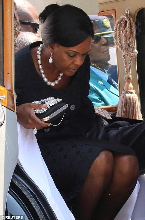 Tổng thống Zimbabwe Mugabe: Nước nghèo, gia đình sống vương giả ảnh 4