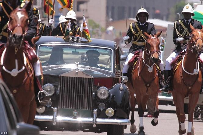 Tổng thống Zimbabwe Mugabe: Nước nghèo, gia đình sống vương giả ảnh 8