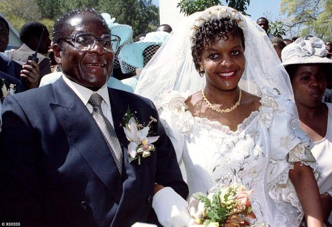 Tổng thống Zimbabwe Mugabe: Nước nghèo, gia đình sống vương giả ảnh 10