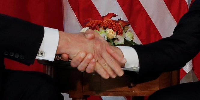 """Tổng thống Mỹ Donald Trump và những cú bắt tay """"khác người"""" ảnh 1"""