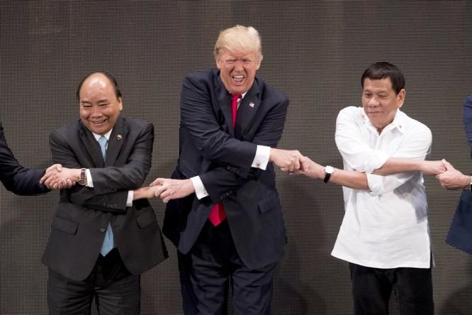 """Tổng thống Mỹ Donald Trump và những cú bắt tay """"khác người"""" ảnh 13"""