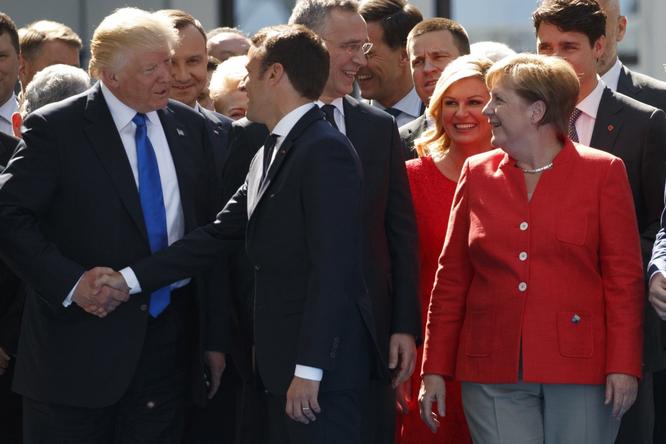 """Tổng thống Mỹ Donald Trump và những cú bắt tay """"khác người"""" ảnh 7"""