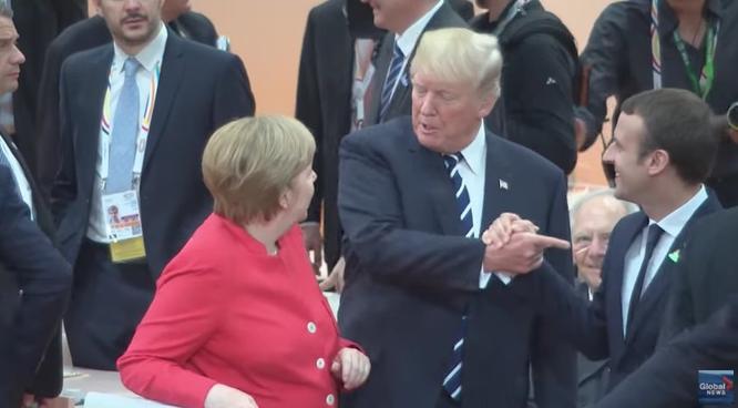 """Tổng thống Mỹ Donald Trump và những cú bắt tay """"khác người"""" ảnh 8"""