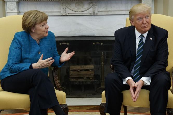 """Tổng thống Mỹ Donald Trump và những cú bắt tay """"khác người"""" ảnh 12"""