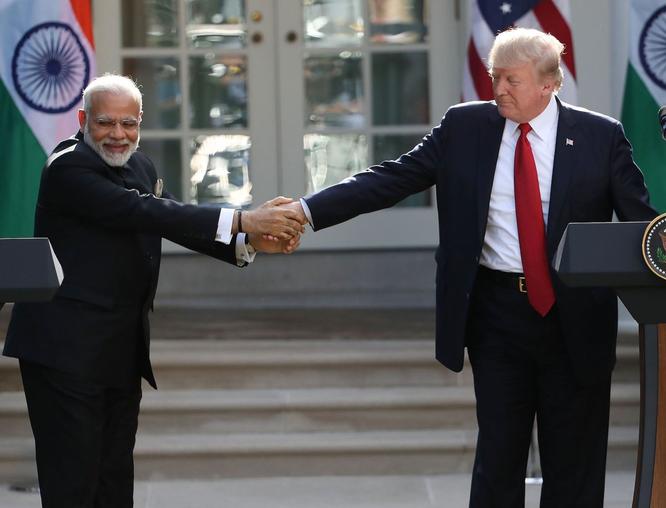 """Tổng thống Mỹ Donald Trump và những cú bắt tay """"khác người"""" ảnh 10"""