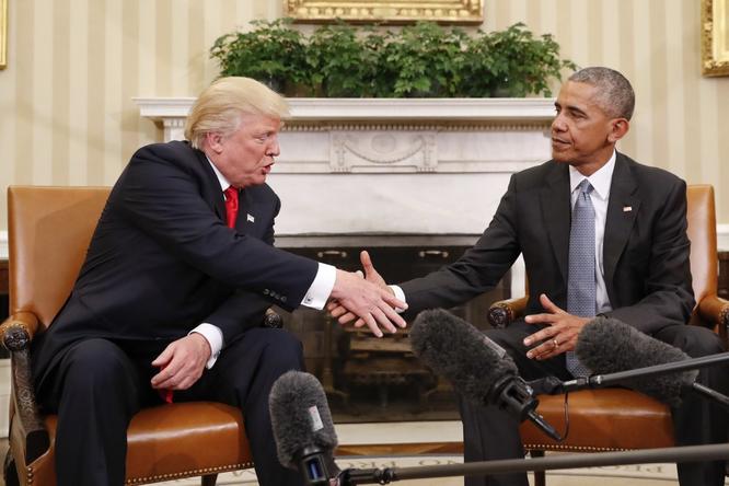 """Tổng thống Mỹ Donald Trump và những cú bắt tay """"khác người"""" ảnh 2"""
