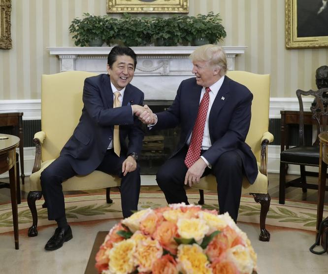 """Tổng thống Mỹ Donald Trump và những cú bắt tay """"khác người"""" ảnh 3"""
