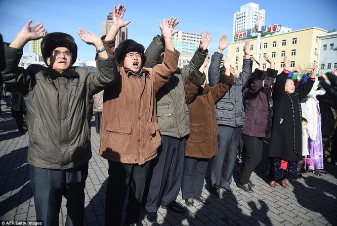 Triều Tiên phóng tên lửa ICBM: Ông Kim Jong un cười mãn nguyện, thế giới chấn động ảnh 14