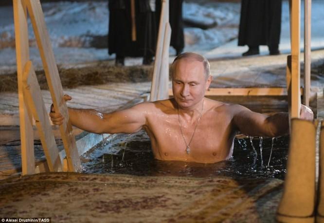 Ông Putin ngâm mình trong hố băng giữa kỳ đông buốt giá ảnh 1