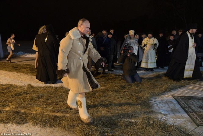 Ông Putin ngâm mình trong hố băng giữa kỳ đông buốt giá ảnh 2