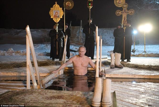 Ông Putin ngâm mình trong hố băng giữa kỳ đông buốt giá ảnh 3