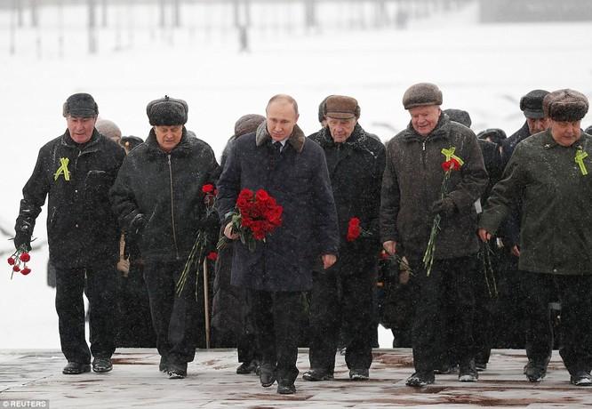 Ông Putin ngâm mình trong hố băng giữa kỳ đông buốt giá ảnh 6