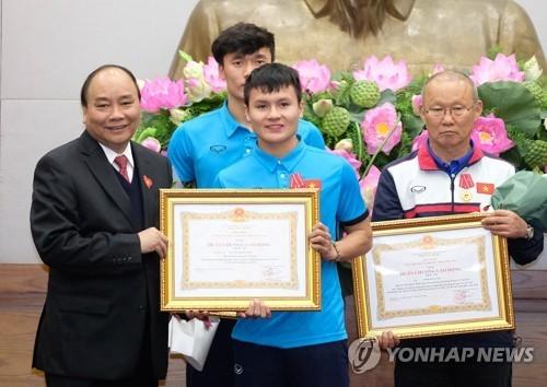 """Quốc tế """"choáng"""" với màn chào mừng U-23 Việt Nam vinh quy ảnh 2"""