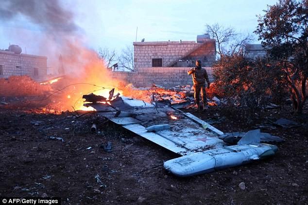 Một tên khủng bố đã chụp ảnh xác chiếc Su-25 tại thành phố Saraqib, tây nam của Aleppo.