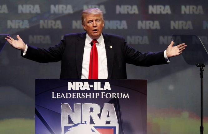 Tổng thống Trump đã gây phẫn nộ khi đề xuất ý tưởng trang bị súng cho giáo viên.